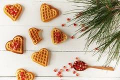 Plätzchen in Form von Herzen auf einem Holztisch Stockbild