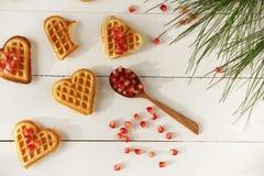 Plätzchen in Form von Herzen auf einem Holztisch Stockfotos