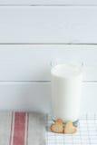 Plätzchen in Form von Herzen mit Milch lizenzfreies stockfoto