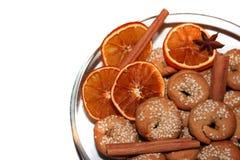 Plätzchen, Gewürze und dryed Orangen Stockfotos