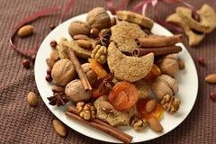 Plätzchen, Gewürze und Nüsse Stockfotos
