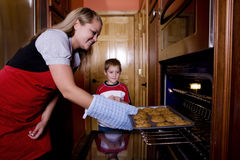 Plätzchen im Ofen stockfotos