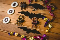 Plätzchen mit Buh simsen durch Dekorationen und Schokoladentabelle Lizenzfreies Stockbild