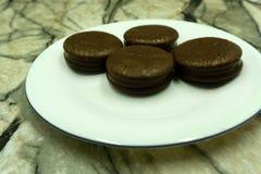 Plätzchen mit dem Schokoladen- und Schokoladenkaffeeessen lizenzfreies stockfoto