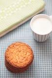 Plätzchen mit einer Schale Milch Lizenzfreie Stockbilder