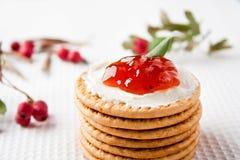 Plätzchen mit Erdbeeremarmelade Lizenzfreies Stockbild
