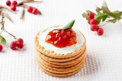 Plätzchen mit Erdbeeremarmelade Lizenzfreie Stockbilder
