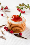 Plätzchen mit Erdbeeremarmelade Lizenzfreies Stockfoto