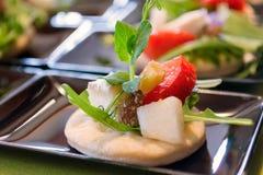 Plätzchen mit Frucht und Salat stockfoto