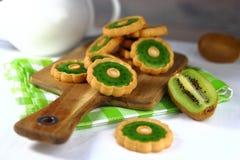 Plätzchen mit Gelee mit dem Geschmack der Kiwi und der frischen Frucht stockfotografie