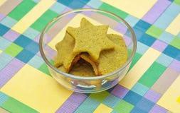 Plätzchen mit grüner Tee matcha in der Sternform und -herzen formen Stockfoto