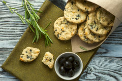 Plätzchen mit Käse, Oliven und Rosmarin Stockfoto