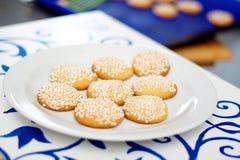 Plätzchen mit Körnern des raffinierten Zuckers auf einer weißen Platte Lizenzfreie Stockfotografie