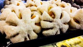 Plätzchen mit klebrigem Zucker und Stau am Konditoreischaukasten lizenzfreie stockfotos