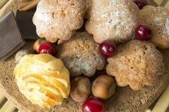 Plätzchen mit Moosbeeren, Nüssen und Schokolade Lizenzfreies Stockfoto