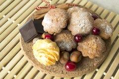 Plätzchen mit Moosbeeren, Nüssen und Schokolade Stockbild