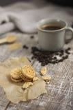 Plätzchen mit Nüssen, Kaffee und Kaffeebohnen Stockbilder