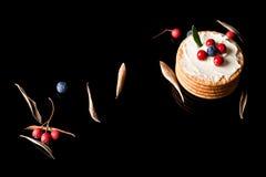 Plätzchen mit Sahne Käse und Blaubeeren Lizenzfreie Stockfotografie