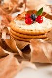Plätzchen mit Sahne Käse und Blaubeeren Stockbild