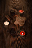 Plätzchen mit Schokolade auf einem braunen Baum mit Kerzen Lizenzfreies Stockfoto