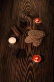 Plätzchen mit Schokolade auf einem braunen Baum mit Kerzen Lizenzfreie Stockfotografie