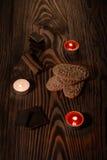 Plätzchen mit Schokolade auf einem braunen Baum mit Kerzen Stockbild