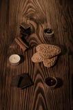 Plätzchen mit Schokolade auf einem braunen Baum mit Kerzen Stockfotos