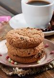 Plätzchen mit Schokolade und wohlriechendem Kaffee mit Gewürzen stockbilder