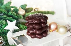 Plätzchen mit Schokoladenglasur Weihnachtsbaumaste und -dekorum Lizenzfreies Stockfoto