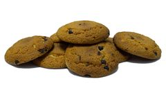 Plätzchen mit Schokoladenstücken auf weißem Hintergrund lizenzfreies stockfoto