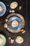 Plätzchen mit Sprüngen in der metallischen blauen Schüssel auf Tabelle Stockbild
