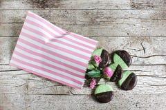 Plätzchen mit tadelloser und dunkler Schokolade in einer Plätzchentasche Stockfotografie