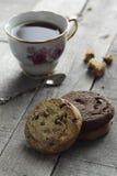 Plätzchen mit Tee auf einem hölzernen Hintergrund Lizenzfreie Stockfotografie