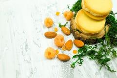 Plätzchen mit weißem Creme-, Mandel-, Himbeer- und Zuckerpulver Stockbild