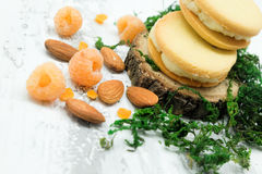 Plätzchen mit weißem Creme-, Mandel-, Himbeer- und Zuckerpulver Stockfotografie