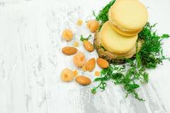 Plätzchen mit weißem Creme-, Mandel-, Himbeer- und Zuckerpulver Lizenzfreie Stockfotos