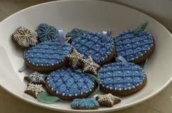 Plätzchen schön verziert mit weißer und blauer Glasur auf einem Winkel des Leistungshebels stockfoto