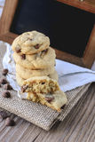 Plätzchen-Schokoladensplitter mit Kaffee und schwarzes Brett auf Jutefaser, Frühstück, neuer Morgen Lizenzfreie Stockfotografie