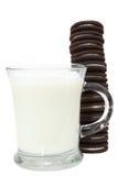 Plätzchen-Stapel und Milch lizenzfreie stockfotografie