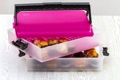 Plätzchen und ein rosa Kasten Kekse auf dem weißen Küchentisch Stockbild