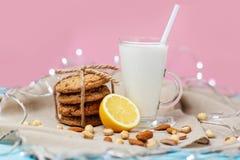 Plätzchen und Glas mit Milch Stockbilder