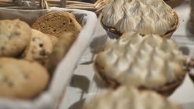 Plätzchen und Hörnchen Ein Café stock video footage