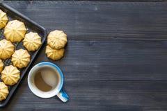 Plätzchen und Kaffee auf hölzernem Hintergrund Lizenzfreies Stockbild
