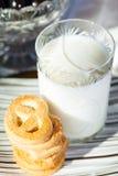 Plätzchen und Milch Lizenzfreie Stockfotos