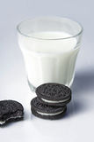 Plätzchen und Milch Stockbild