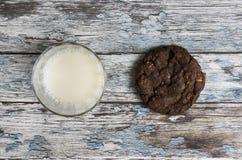 Plätzchen und Milch Stockfotos
