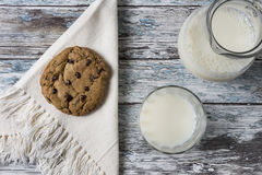 Plätzchen und Milch lizenzfreies stockbild