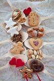 Plätzchen und Muttern für Weihnachten auf hölzernen Löffeln lizenzfreies stockbild