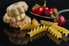 Plätzchen und Paprikas auf Löffel Stockbild