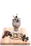 Plätzchen und Sahnemilchshake (Schokolade Smoothie) auf einer Weißrückseite Lizenzfreie Stockfotografie